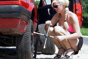 замена колеса женщиной