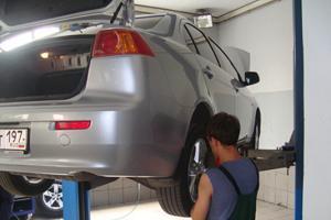 На фото показано технического обслуживания автомобиля