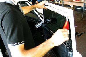 На фото тонировка автомобильного стекла